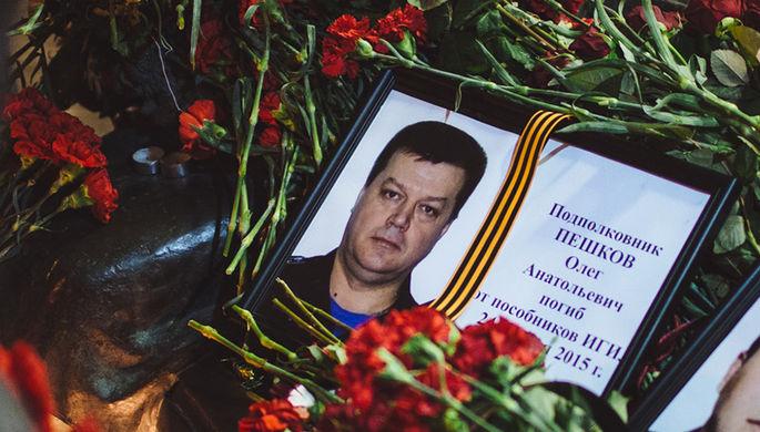 Цветы у памятника офицерам, расположенного на Фрунзенской набережной в Москве