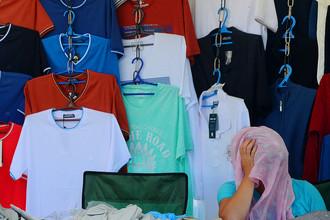 Продажа одежды на рынке в городе Житковичи, 2016 год