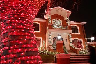 Дом с рождественскими декорациями в нью-йоркском районе Бруклин