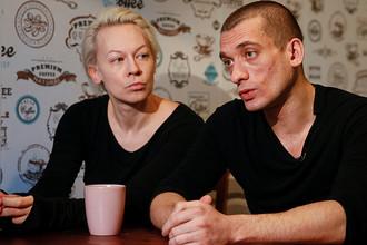 Петр Павленский со своей гражданской женой Оксаной во время интервью в Киеве