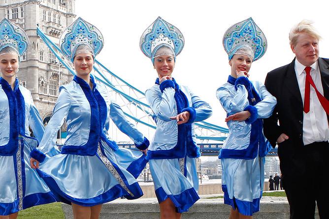 Мэр Лондона Борис Джонсон и танцевальный ансамбль «Калинка» на фотосессии в честь празднования русской Масленицы, март 2011 года