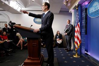 Министр финансов США Стивен Мнучин во время пресс-конференции в Белом доме, 24 апреля 2017 года