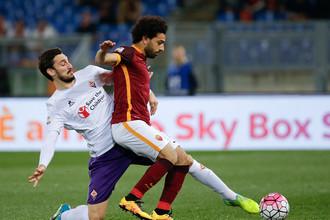 Игрок команды «Фиорентина» Давиде Астори и игрок «Рома» Мохамед Салах на матче 4 марта 2016 года