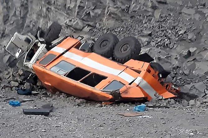 На месте съезда вахтового автобуса, перевозившего горняков шахты «Распадская», с технологической дороги на территории разреза в Междуреченске, 8 февраля 2019 года