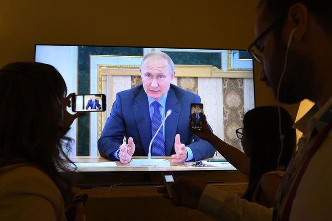 Трансляция встречи президента России Владимира Путина с руководителями информагентств в рамках экономического форума в Санкт-Петербурге, 6 июня 2019 года