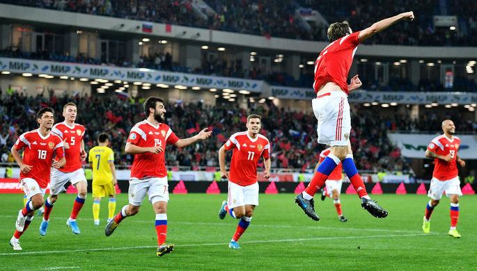 Игроки сборной России радуются забитому голу в отборочном матче чемпионата Европы по футболу 2020 между сборными командами России и Казахстана, 9 сентября 2019 года