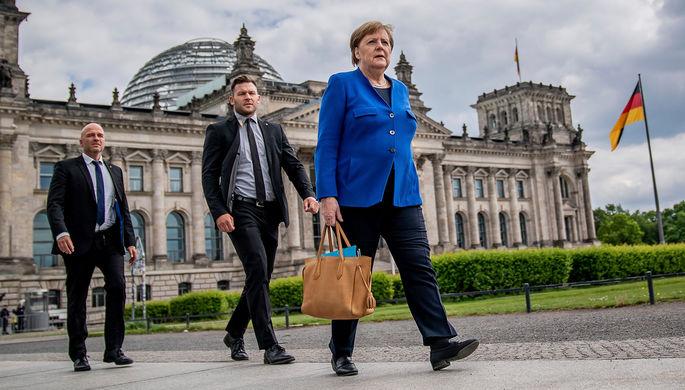Канцлер ФРГ Ангела Меркель у здания Бундестага в Берлине, 13 мая 2020 года