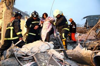 Спасательная операция на месте обрушения одного из зданий на юге Тайваня