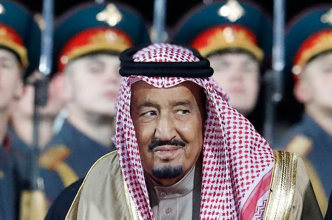 Король Саудовской Аравии Сальман Бен Абдель Азиз Аль Сауд во время официальной встречи в аэропорту Внуково, 4 октября 2017 года