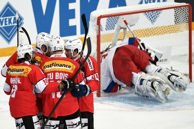 Игроки сборной Швейцарии радуются забитой шайбе в матче первого этапа Еврохоккейтура сезона 2017/18 «Кубок Карьяла» между сборными командами Швейцарии и России.