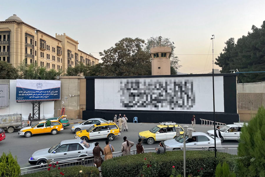РќР°Р·РґР°РЅРёРё посольства РЎРЁРђ РІРљР°Р±СѓР»Рµ появился огромный флаг «Талибана»*