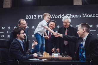 Церемониальный первый ход на турнире серии Гран-при в Москве с участием президента ФИДЕ Кирсана Илюмжинова