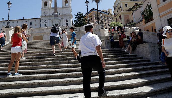 Полицейский на Испанской лестнице в Риме, 7 августа 2019 года