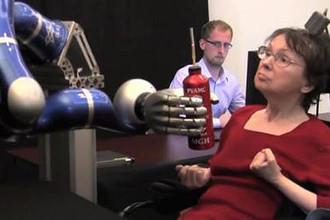 Полностью парализованная женщина сама выпила кофе впервые за 15 лет