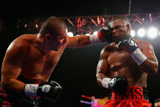 Суббота. Нью-Йорк. Магомед Абдусаламов (слева) атакует Майка Переса. Кто еще пару дней назад мог бы подумать, что этот бой станет последним в карьере российского тяжеловеса?