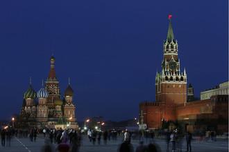 Вид на Московский Кремль с подсветкой перед началом экологической акции «Час Земли» в Москве