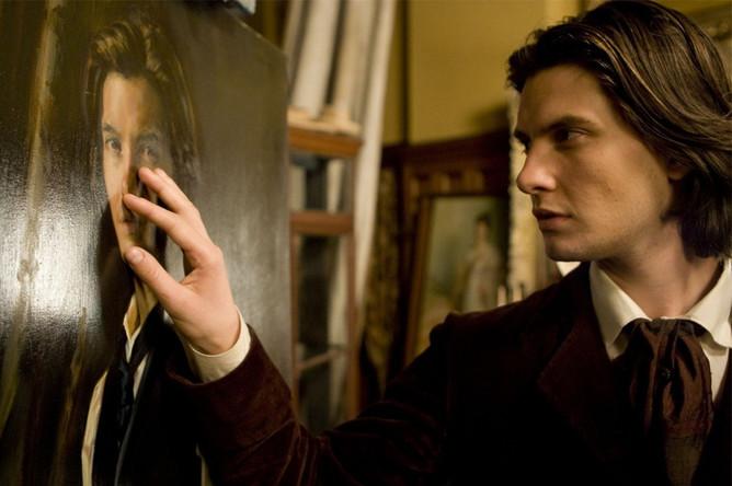 Единственный свой роман «Портрет Дориана Грея» Оскар Уайлд написал в 1891 году. Первый фильм по книге был снят в 1900-е годы, а всего его экранизировали более 30 раз. В 2009 году вышел «Дориан Грей» с Беном Барнсом и Колином Фёртом.