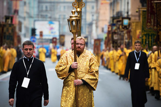 Депутат Законодательного собрания Санкт-Петербурга Виталий Милонов во время крестного хода по Невскому проспекту