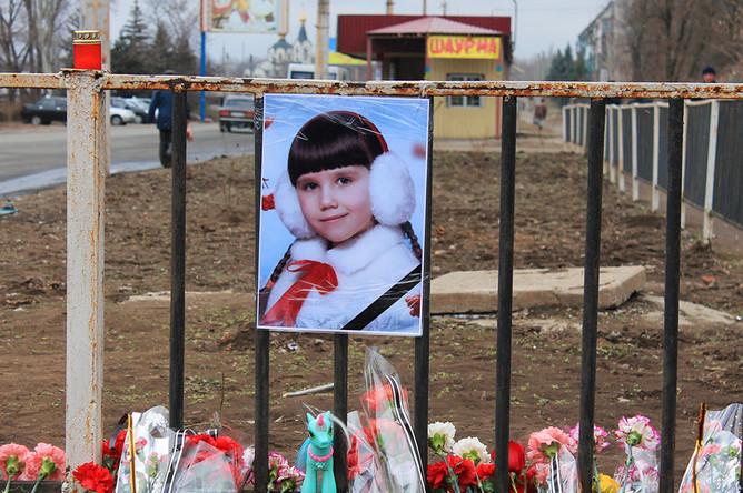 Цветы на месте гибели 8-летней девочки в Константиновке