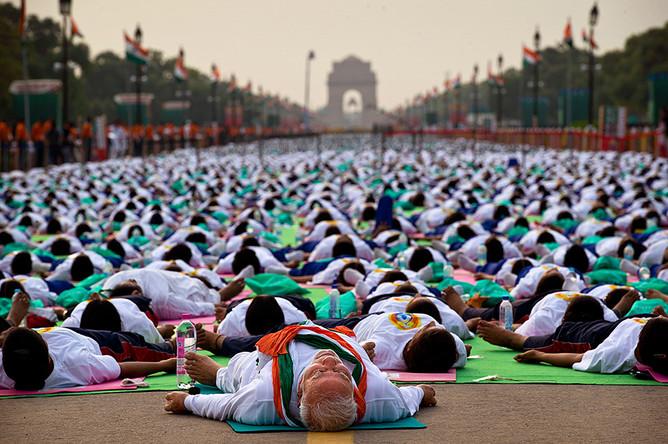 Занятия йогой под руководством главы индийского правительства Нарендра Моди в Дели