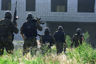 Бойцы спецподразделений перед штурмом захваченной больницы в Буденновске, 17 июня 1995 года