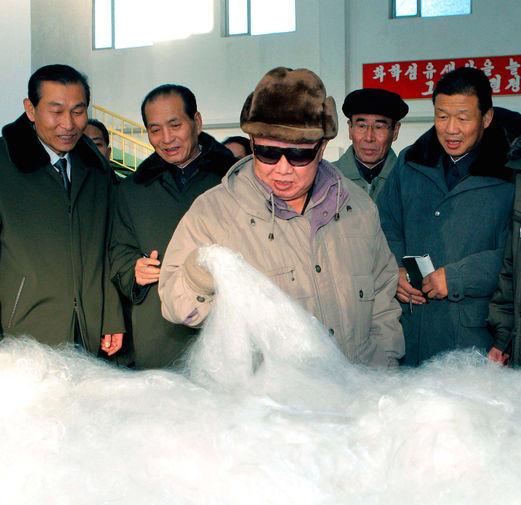 Ким Чен Ир на фабрике по производству виналона (синтетического волокна), снимок без даты опубликован в 2011 году
