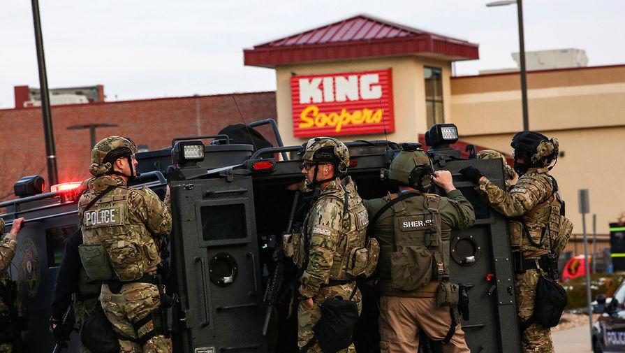Тактическое подразделение полиции на месте стрельбы в супермаркете King Soopers в Боулдере, штат Колорадо, 22 марта 2021 года
