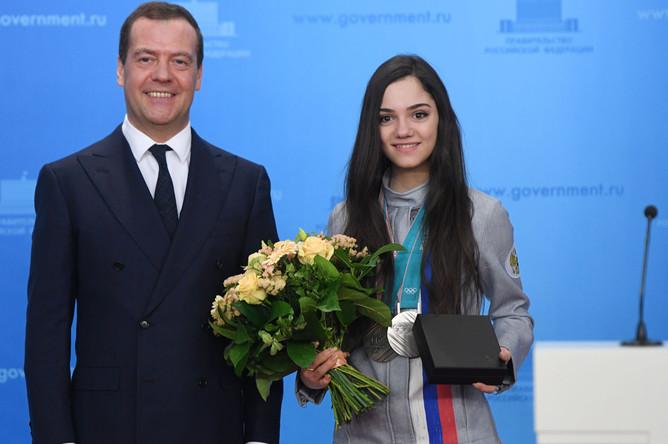 Председатель правительства РФ Дмитрий Медведев и серебряный призер по фигурному катанию Евгения Медведева на церемонии вручения автомобилей российским спортсменам, 28 февраля 2018 года