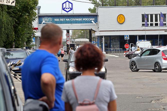 У главной проходной Завода имени Я. М. Свердлова, где утром в здании утилизации мин произошел хлопок