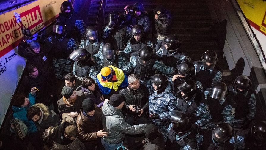 Сотрудники спецподразделения «Беркут» МВД Украины вытесняют сторонников евроинтеграции с площади Независимости в Киеве