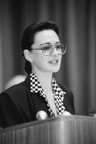 Ирина Хакамада во время выступления на открытии международного форума «Мировой опыт и экономика СССР», 1991 год