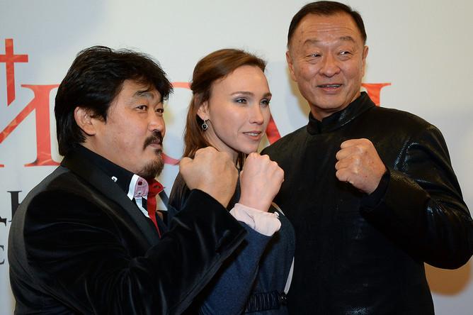 Актеры Дарья Екамасова и Кэри-Хироюки Тагава (справа) на премьере фильма «Иерей-сан. Исповедь самурая» в Москве