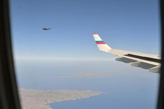 Истребитель Ф-16 ВВС Греции сопровождает самолет президента России Владимира Путина в ходе его визита в Грецию