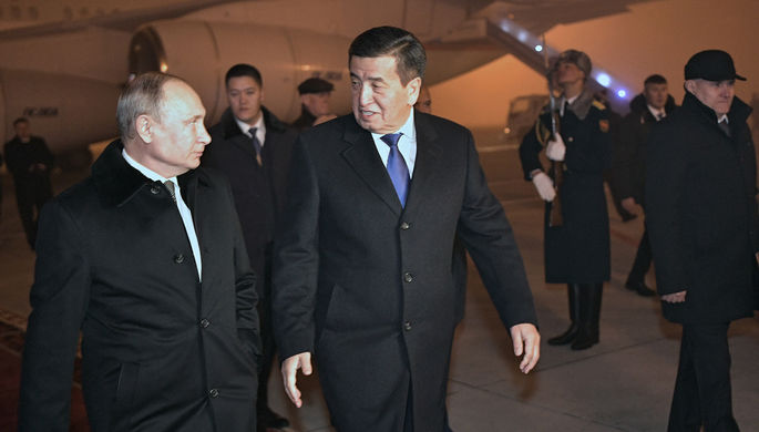 Президент России Владимир Путин и президент Киргизии Сооронбай Жээнбеков во время встречи в аэропорту Бишкека, 28 ноября 2019 года