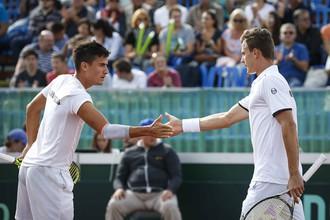 Венгерские теннисисты Аттила Балаж и Мартон Фучович празднуют победу в парной встрече с Константином Кравчуком и Даниилом Медведевым