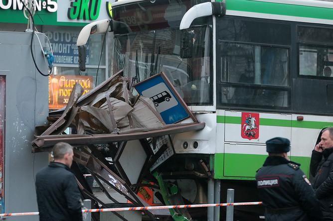 Рейсовый автобус, врезавшийся в остановку общественного транспорта на улице Сходненская, 29 декабря 2017 года