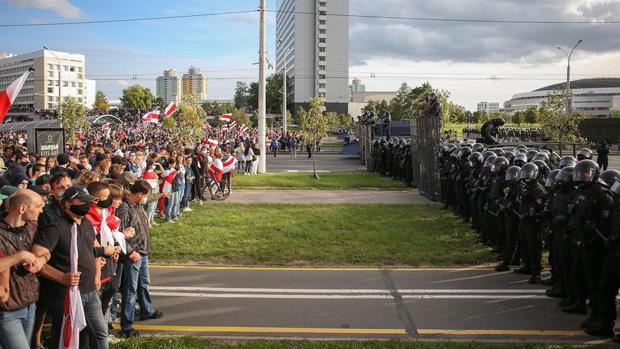 Участники оппозиционного «Марша героев» и сотрудники белорусских силовых структур в Минске, 13 сентября 2020 года