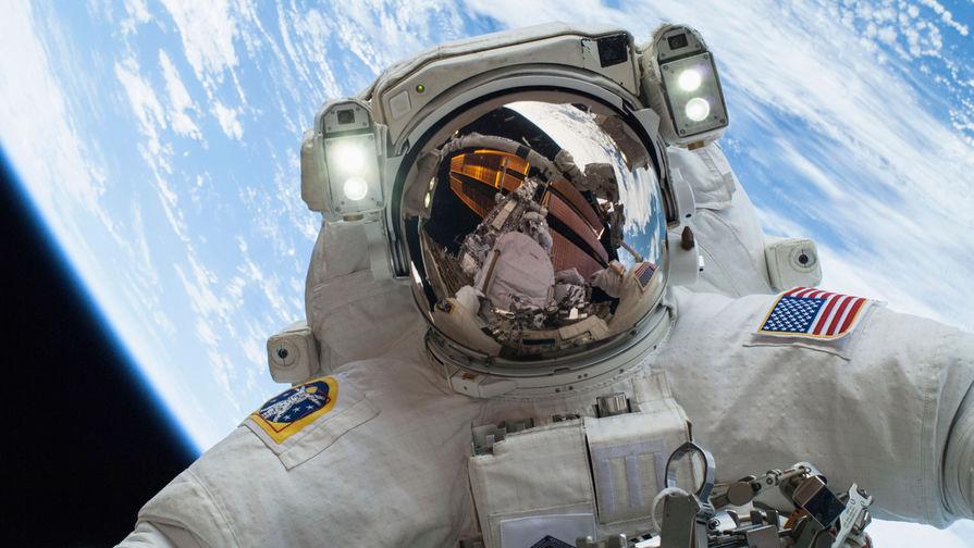 Астронавт Майк Хопкинс во время выхода в открытый космос, 2013 год