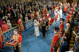 Корона не по плечу: как Елизавета II открыла парламент