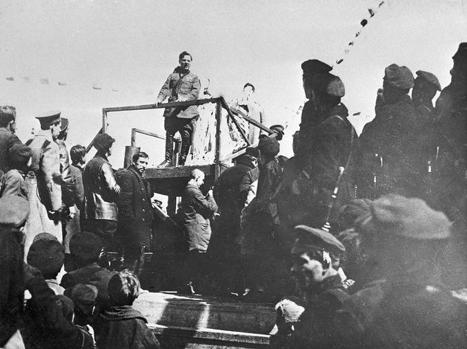Член РВС 1-й Конной армии Климент Ворошилов во время выступления с трибуны в Луганске, 1920 год