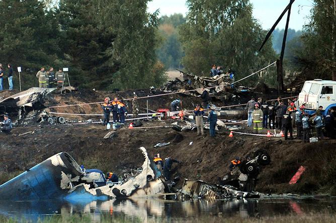 Сотрудники МЧС РФ работают на месте крушения самолета Як-42