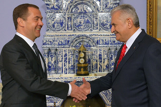 Премьер-министры России и Турции Дмитрий Медведев и Бинали Йылдырым во время встречи в подмосковной резиденции «Горки», 6 декабря 2016 года