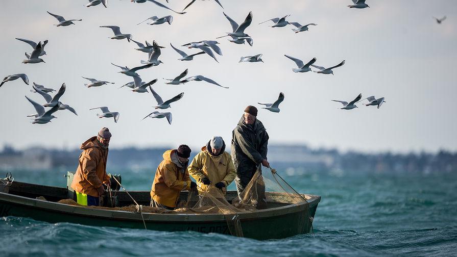 Спасение пассажиров затонувшего в Черном море катамарана сняли на видео