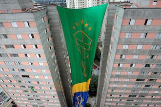 Флаг в национальных цветах Бразилии во время матча группового этапа между сборными Швейцарии и Бразилии в Сан-Пауло, 17 июня 2018 года