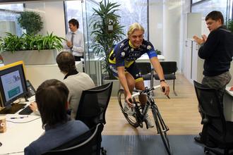 Олег Тиньков в своем офисе