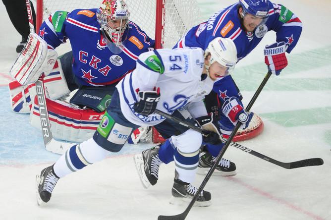 Форвард «Динамо» Денис Мосалев в борьбе с защитой СКА