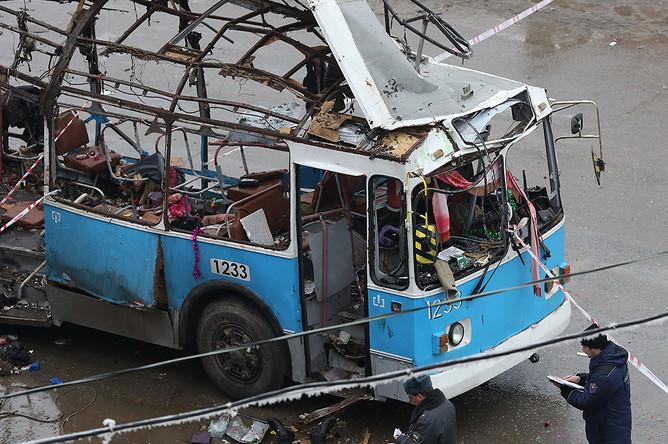 По предварительным данным, в результате взрыва бомбы в троллейбусе в Дзержинском районе города погибли как минимум 14 человек