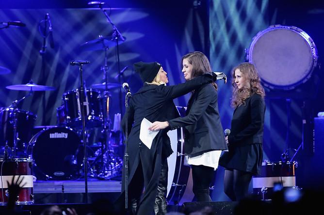 Мадонна приветствует на сцене Надежду Толоконникову и Марию Алехину на концерте в нью-йоркском Barclays Center