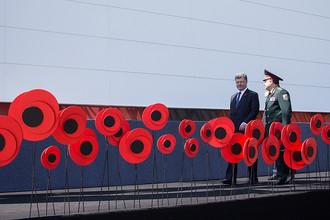 Президент Украины Петр Порошенко и министр обороны Украины Степан Полторак на торжествах у монумента «Родина-мать» по случаю 70-й годовщины Победы над нацизмом