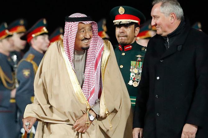 Король Саудовской Аравии Сальман Бен Абдель Азиз Аль Сауд и заместитель председателя правительства России Дмитрий Рогозин во время официальной встречи в аэропорту Внуково, 4 октября 2017 года
